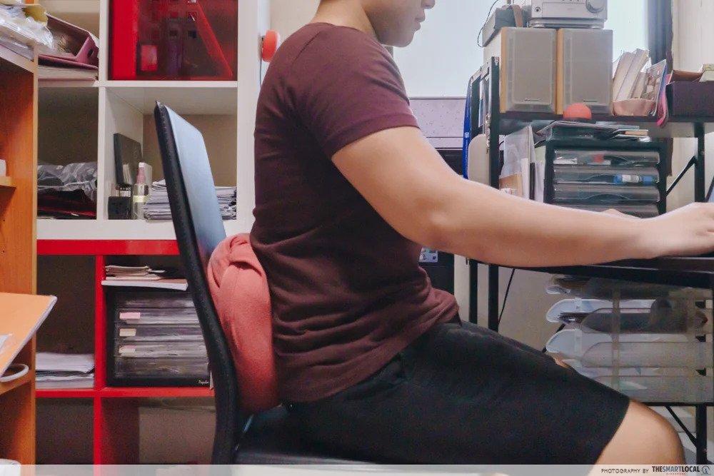 Mag-rolyo ng pamunas o hoodie bilang nakahandang back support